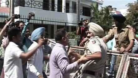 Protestor-police clash before Bansal's house