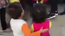 El gesto más tierno de un niño kurdo que pide que le den de comer a su amiga