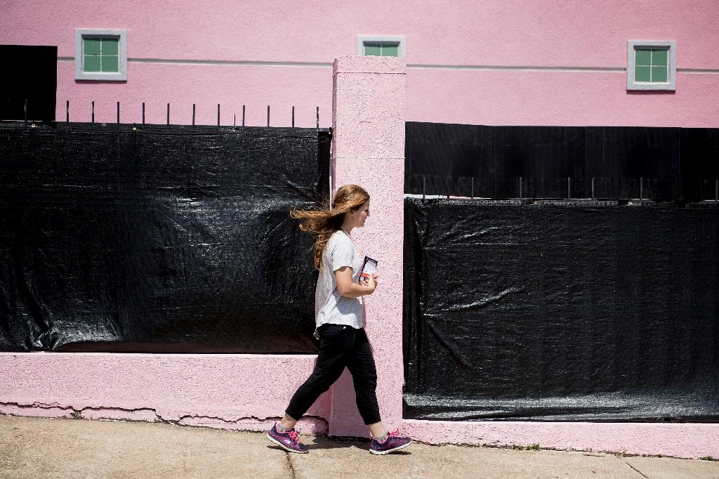 A patient walks into the Jackson Women's Health Organization, the last abortion clinic in Mississippi, on April 5, 2018 (AFP Photo/Brendan Smialowski)