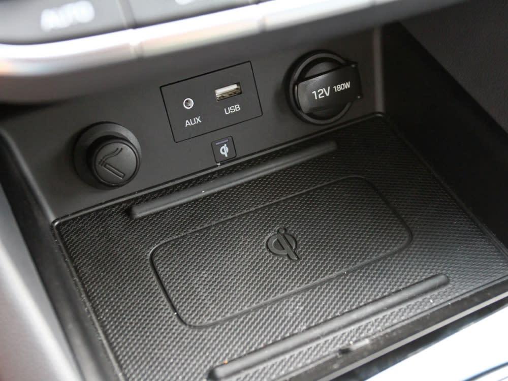 中控底端設有智慧型手機無線充電座,省去連接線材的麻煩。