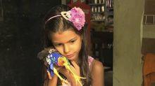 Apaixonada por animais, menina de 9 anos pinta as unhas e coloca vestido em suas galinhas de estimação