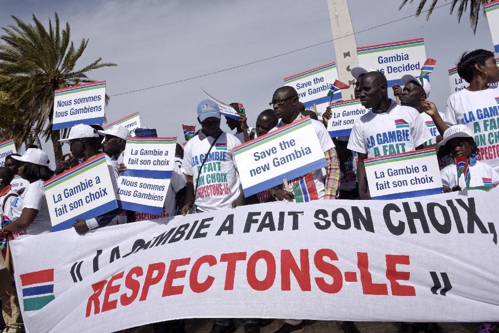 "People hold a banner reading ""Gambia made its choice, let's respect it"" during a protest in support of Gambia by Senegalese NGOs and civil rights groups in Dakar (AFP Photo/SEYLLOU)"