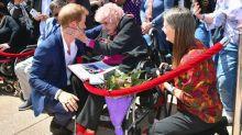 En su visita a Sídney, un fuerte abrazo del príncipe Harry a su más fiel y antigua seguidora