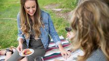 Weinflasche öffnen ohne Korkenzieher und Co.: Mit diesen Hacks klappt jedes Picknick