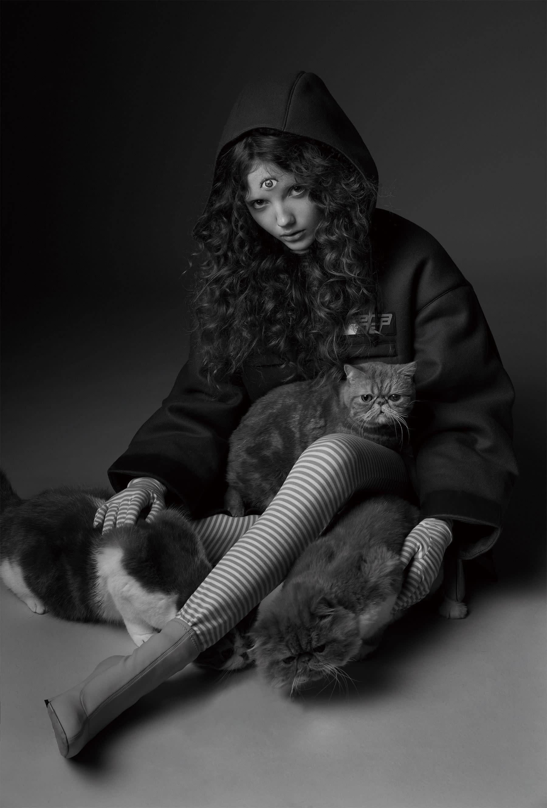 上衣,Prada;鞋,Giuseppe Zanotti;褲襪、手套,私人提供。