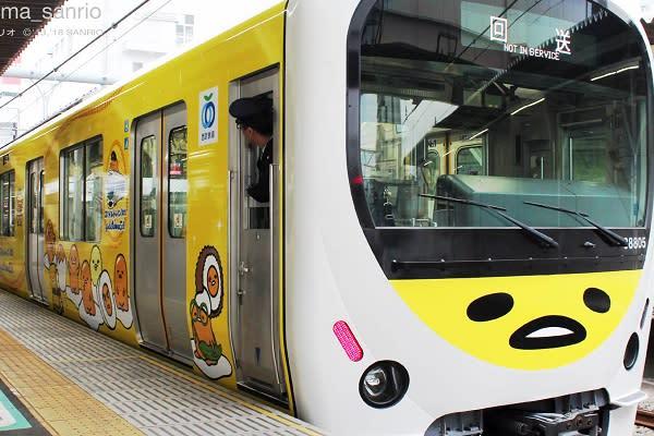 西武鐵道的微笑電車通車十週年,與出道五週年的蛋黃哥聯名合作慶祝,打造期間限定的「蛋黃哥Smile Train」紀念電車,整台黃色的電車充滿著蛋黃哥的身影,吸引不少粉絲目光(圖/gudetama_sanrio)