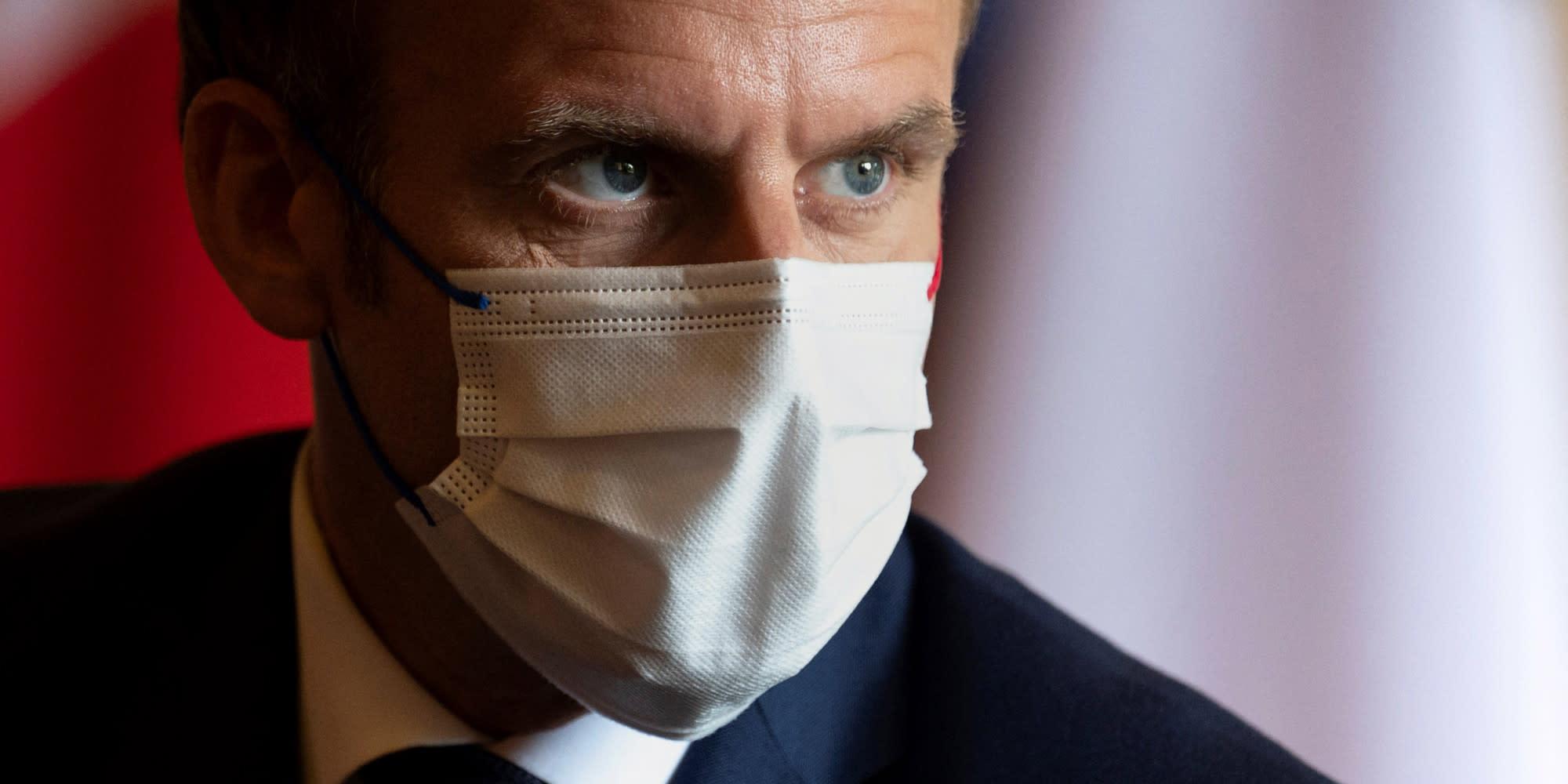 Emmanuel Macron porte plainte après des affiches le représentant en Hitler