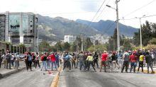 En masa, la gente toma ahora las calles de Quito para recuperar el orden