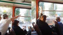 La pelea más pasivo agresiva entre dos pasajeros por la ventana de un autobús