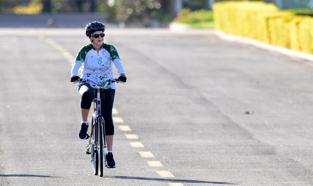 Suspended Brazilian President Dilma Rousseff rides her bicycle in the area of the Alvorada Palace in Brasilia on August 28, 2016 (AFP Photo/Evaristo Sa)