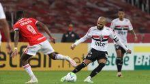 Após polêmicas, Daniel Alves volta e faz jogo apagado no São Paulo contra o Internacional