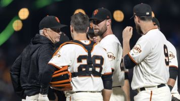 Giants closer breaks hand after blowing save