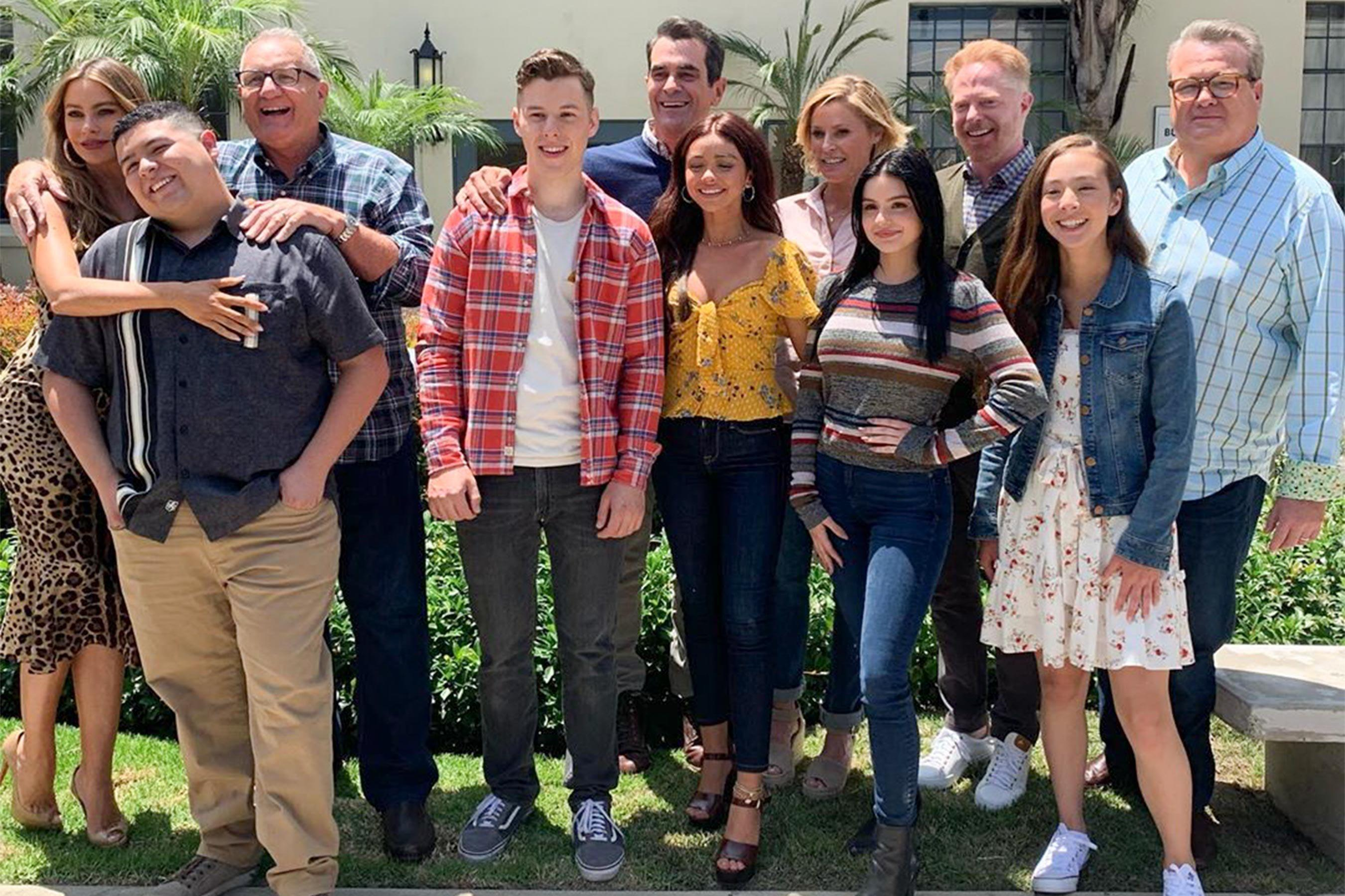 A Modern Family see the modern family cast recreate first table-read photo
