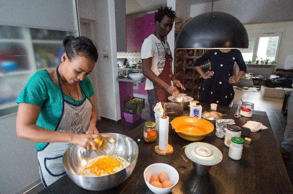 """Chichi Amare from Ethiopia (L) and David Ajobi from Nigeria prepare bread for the """"Okus Doma"""" project that helps migrants and refugees start new lives in Croatia (AFP Photo/Damir Sencar)"""