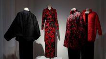 Catherine Deneuve arrecada US$ 1 milhão com leilão de vestidos Saint Laurent