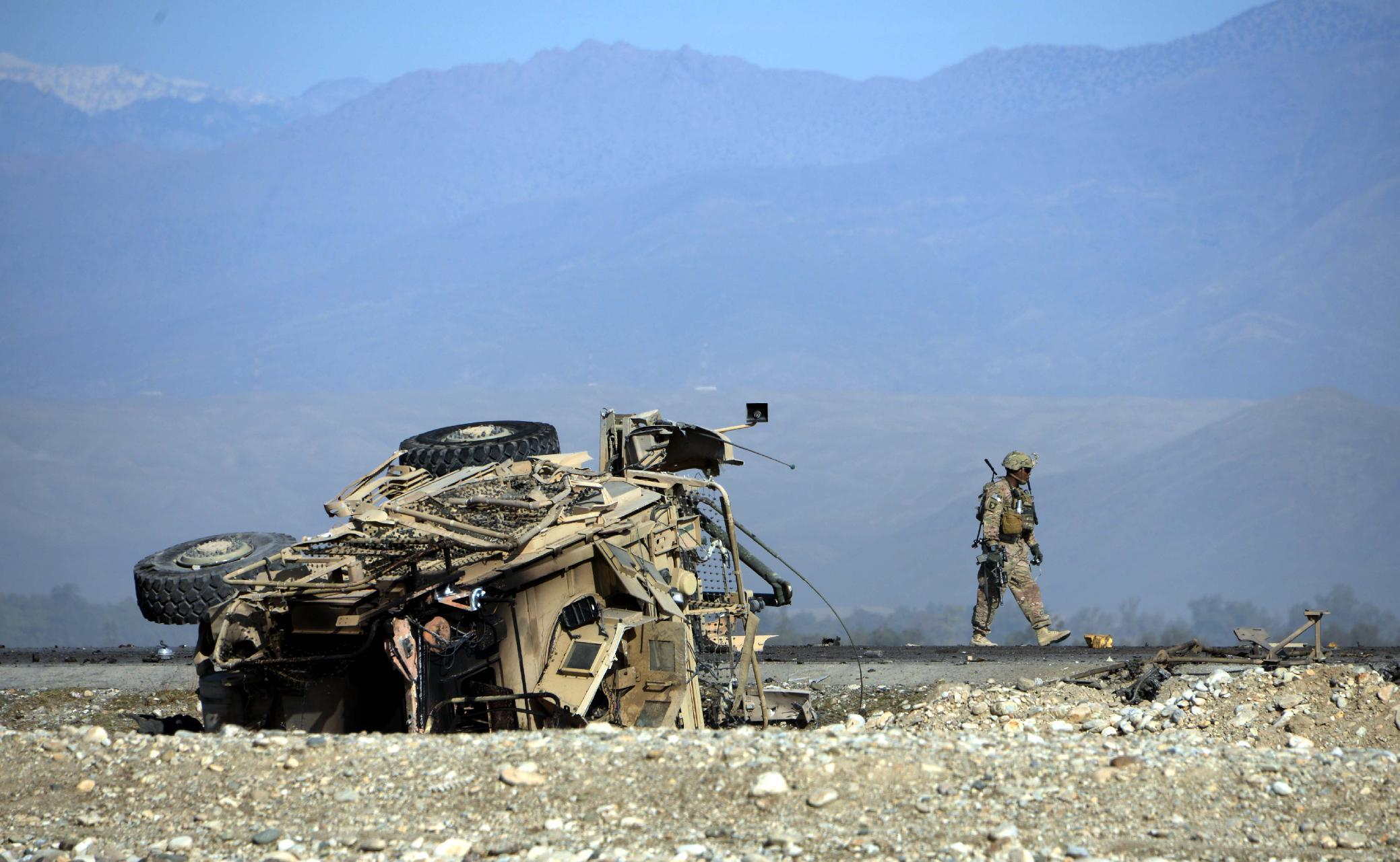 US soldier inspects the site of a suicide attack targeting foreign troops in Jalalabad on November 13, 2014 (AFP Photo/Noorullah Shirzada)