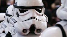 Süßer Star-Wars-Fan feiert Sieg über den Krebs im Stormtrooper-Kostüm