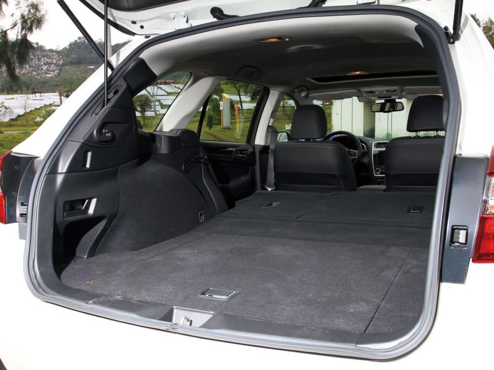 後排椅背傾倒功能,並採用6/4分離座椅設置,使出遊載物更有高度的靈活性。