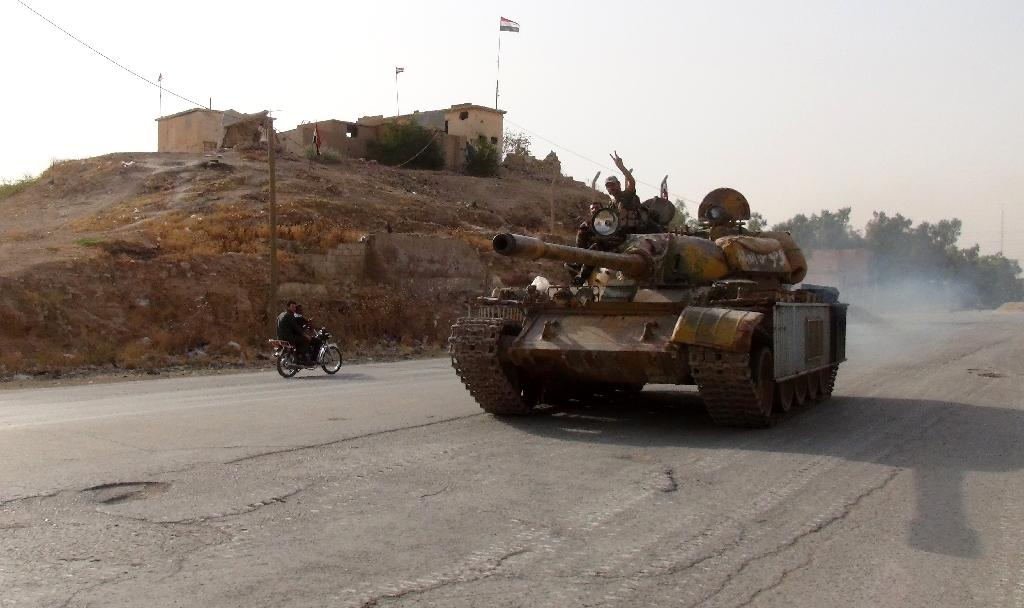 Pro-regime drive a tank in the Syrian northeastern city of Hasakeh, where Kurdish forces are advancing, on August 21, 2016 (AFP Photo/)