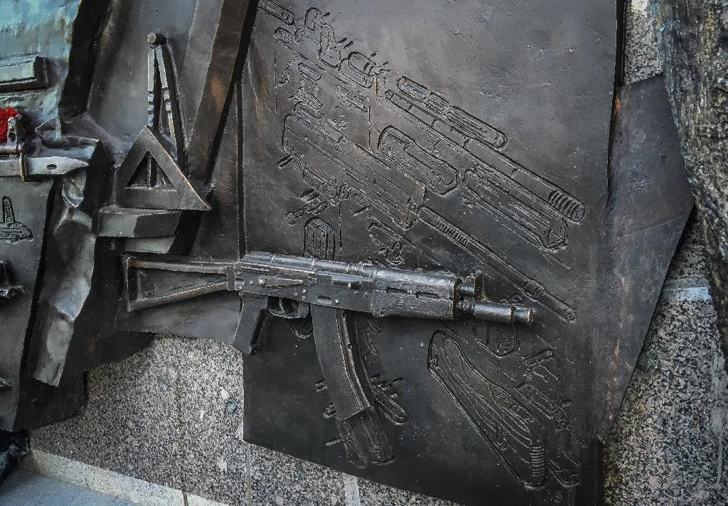A view of a sketch allegedly featuring German StG44 rifle on the newly unveiled monument to Mikhail Kalashnikov, the inventor of the AK-47 assault rifle, in downtown Moscow on September 22, 2017 (AFP Photo/Mladen ANTONOV)