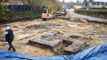 Mientras tanto en Alemania: encuentran una cruz gamada nazi de cuatro metros al excavar en un estadio