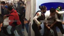 VIDEO | Usuario del Metro en Ciudad de México logra someter a un sujeto que intentó robarle su teléfono