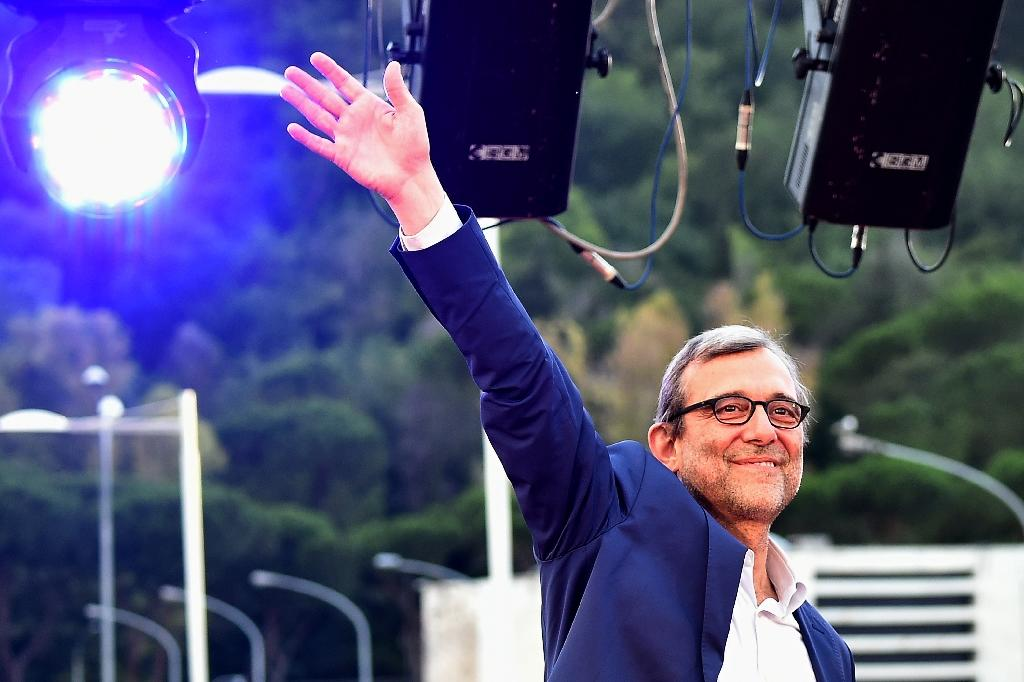 Roberto Giachetti, Democratic Party (PD) candidate for the mayoral elections in Rome, waves during his last campaign meeting (AFP Photo/Alberto Pizzoli)