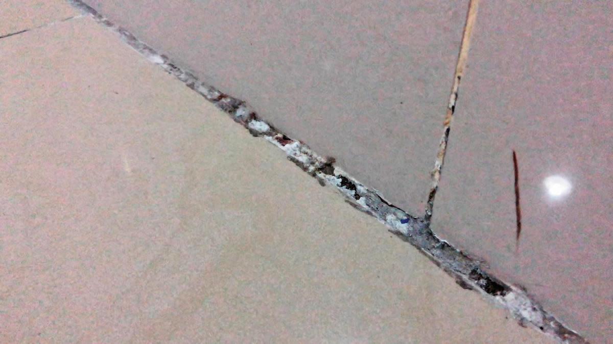剛完成交屋的北大安置宅地板已出現龜裂的狀況。