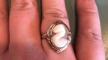 Frischverlobte Frau zeigt stolz ihren Ring - und erntet Spott