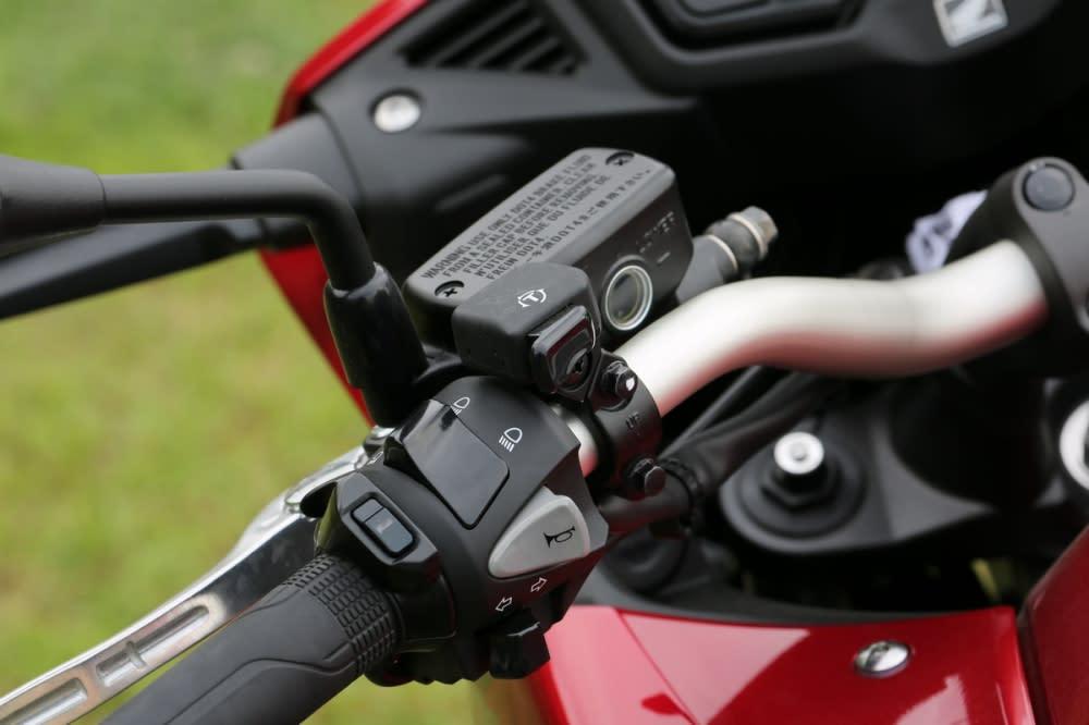 VFR800X搭載三段式TCS動態循跡調整,可以依照車主需求進行設定