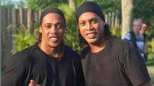 """Sósia do Ronaldinho Gaúcho fala sobre carreira, prisão do Bruxo e brinca: """"Já nasci com esse Dom de parecer com ele"""""""