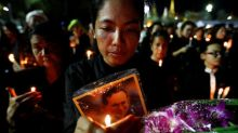 Huge crowd of mourning Thais sings royal anthem in honor of late king