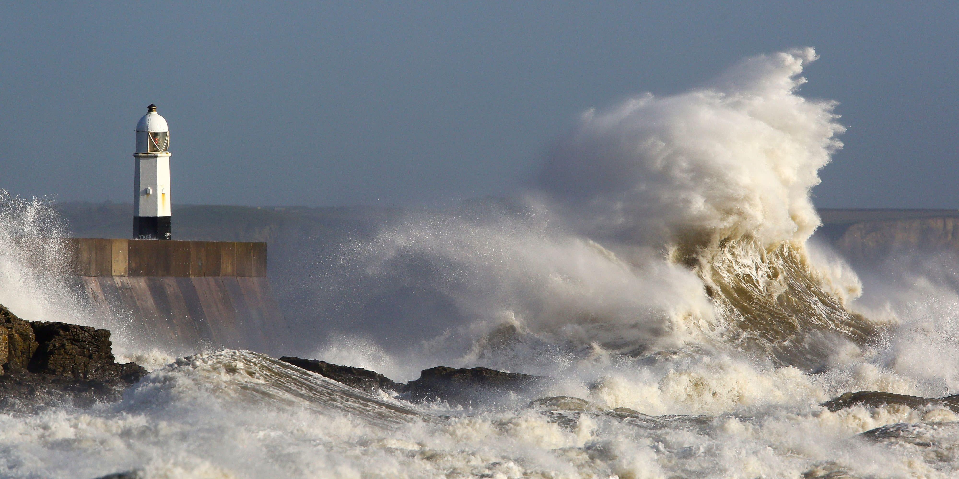 lighthouse porthcawl pier huge - HD2048×1365