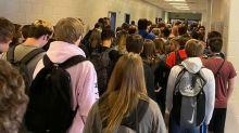 Après une photo montrant des ados agglutinés sans masque, un lycée annonce 9 cas de covid-19
