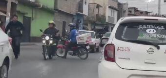 Repartidor ayuda a policía a perseguir ladrones | video