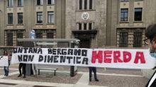 Fontana contestato davanti procura Bergamo, slogan e striscioni