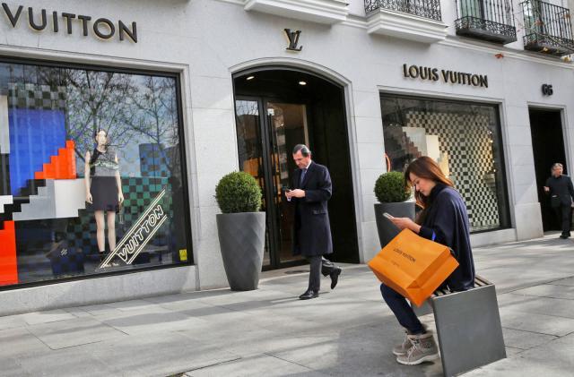 Luxury fashion brands slowly embrace internet shopping