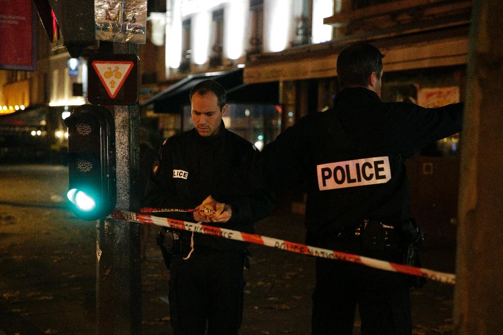 French police set up a cordon outside the building where British photographer David Hamilton was found dead at his home in Paris late on November 25, 2016 (AFP Photo/Geoffroy van der Hasselt)