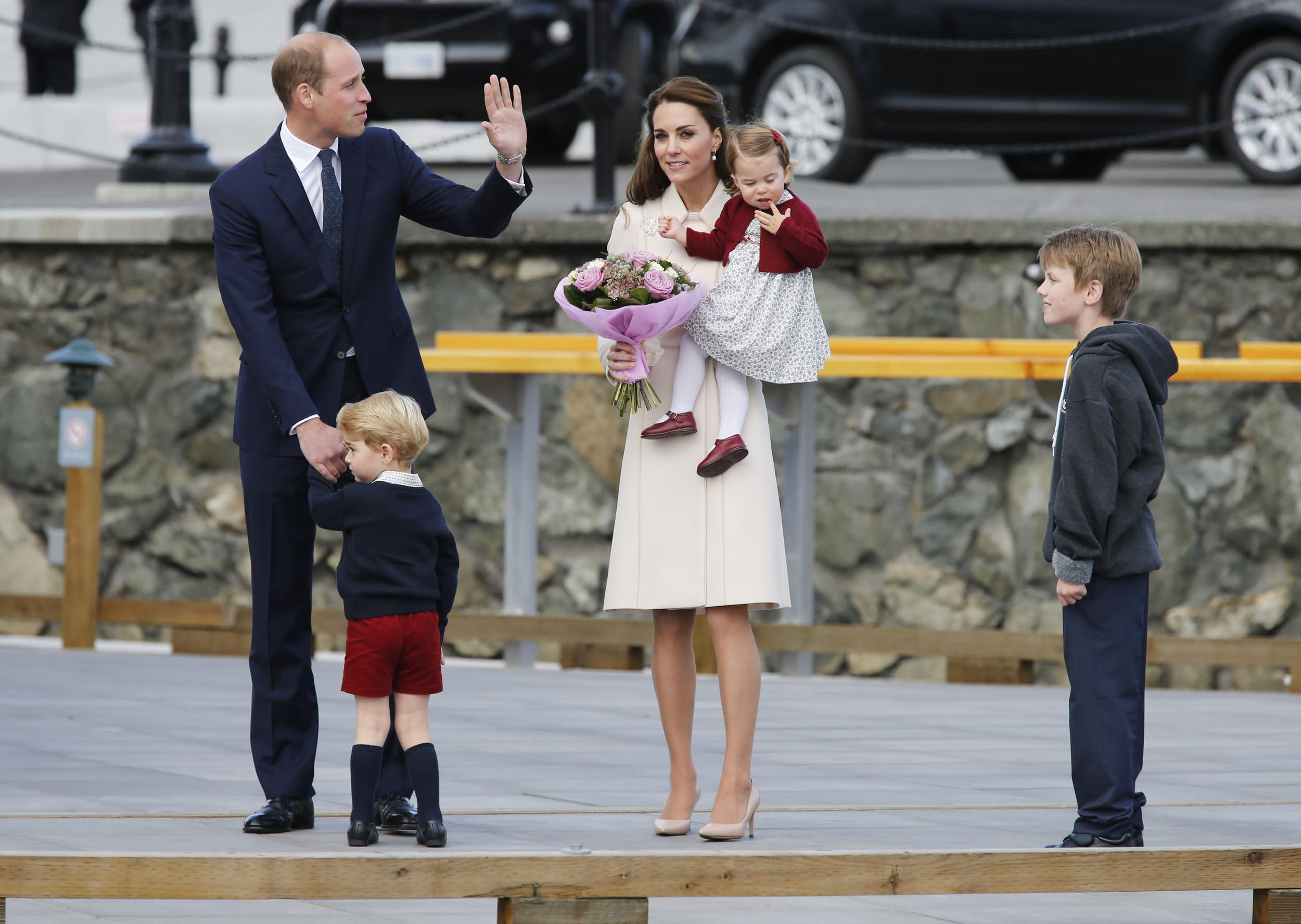 Britain's Prince William, Catherine, Duchess of Cambridge, Prince George and Princess Charlotte arrive to board a floatplane for their official departure from Canada in Victoria, British Columbia, Canada, October 1, 2016. REUTERS/Chris Wattie