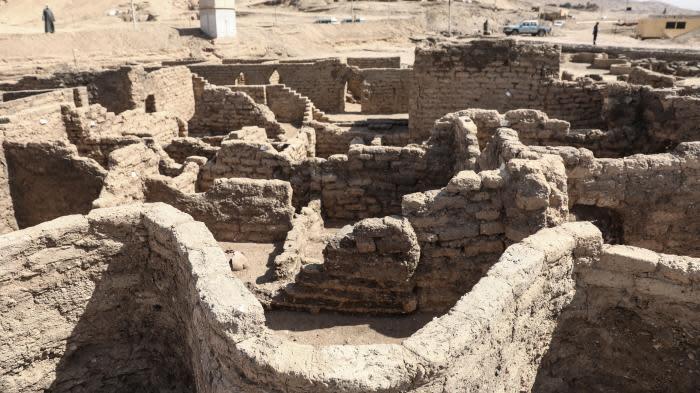 La cité antique découverte près de Louxor montrée à la presse : seule une partie a été mise au jour