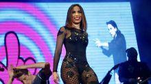 Anitta agita público e faz 'sarrada' durante show em festa junina