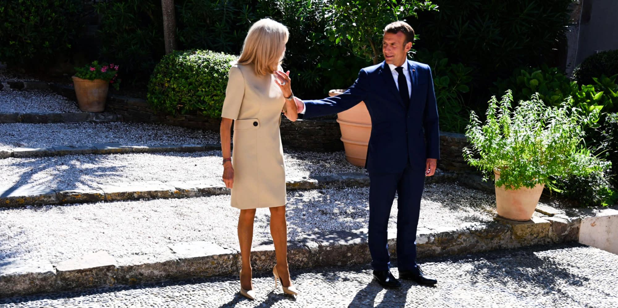 """À Brégançon, """"Emmanuel Macron ne prend pas vraiment de vacances"""""""