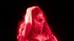 WOWtv - Rihanna Hits Fan With Microphone During UK Concert