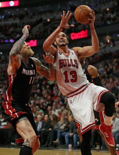 El francés Joakim Noah, de los Chicago Bulls, busca el cesto de Miami Heat, en partido de la NBA jugado el 9 de marzo de 2014 en Chicago