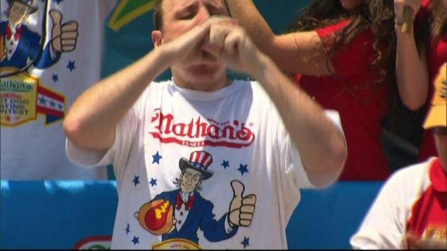 68 hot dog in 10 minuti: nuovo record Joey Chestnut