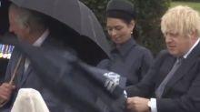Boris Johnson se pelea con un paraguas y el vídeo ya lleva más de 375.000 reproducciones