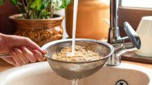 Darum sollte Pasta niemals über der Spüle abgegossen werden