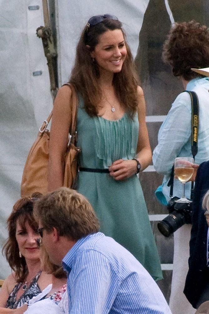 Kate chose a belted teal sundress and leather bag for the Chakravarty Cup Polo Match.