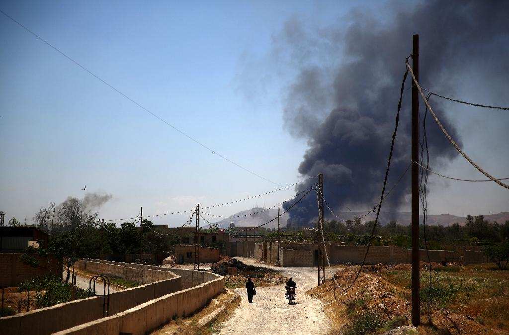 Heavy smoke rises after rebel fighters reportedly fired mortar shells targeting sites belonging to Syrian regime forces in Arbeen, on the outskirts of Damascus, on May 16, 2015 (AFP Photo/Abd Doumany)