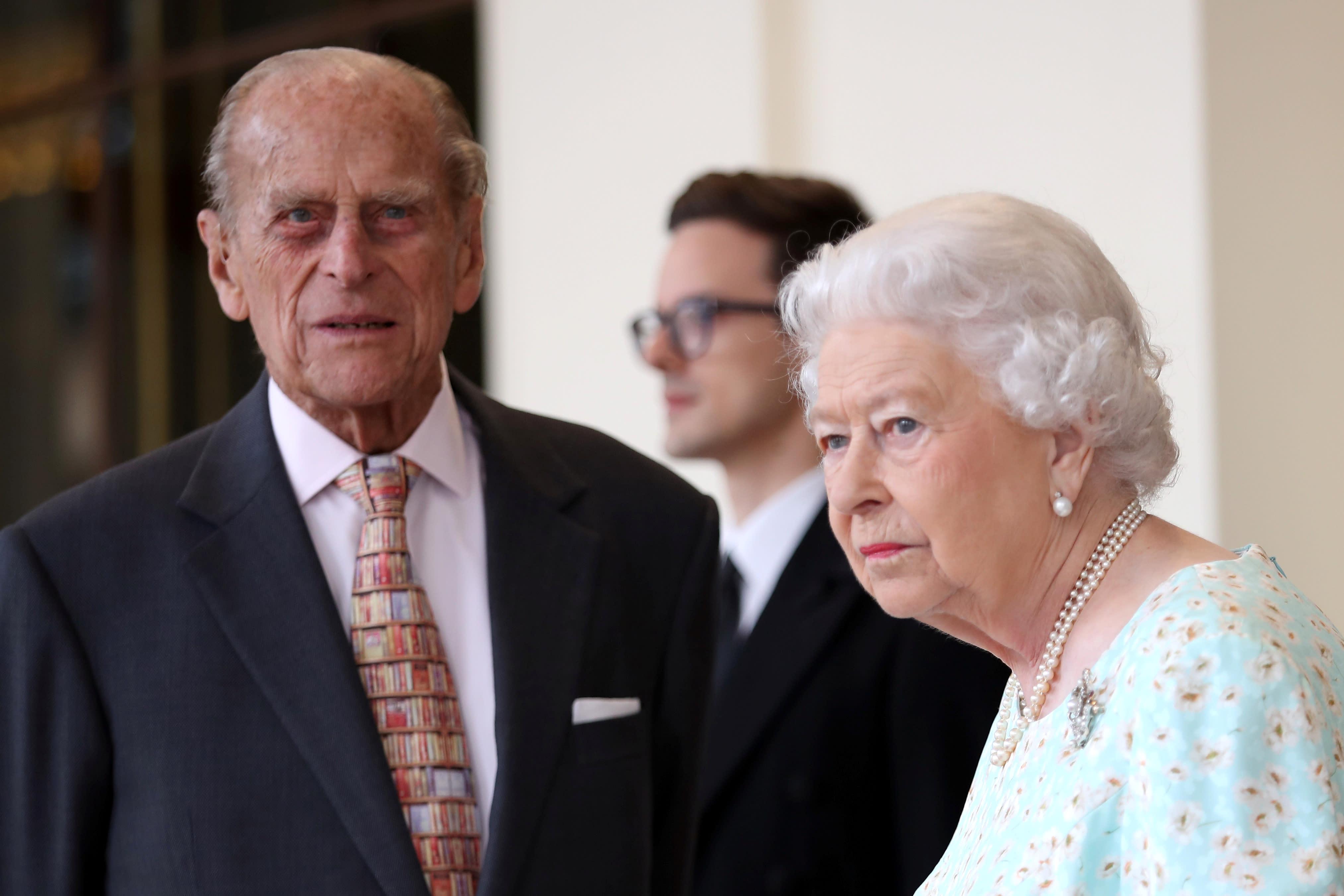 Britain's Queen Elizabeth II and Prince Philip, Duke of Edinburgh bid farewell to Spain's King Felipe and Queen Letizia at Buckingham Palace in London, Britain July 14, 2017. REUTERS/Chris Jackson/Pool